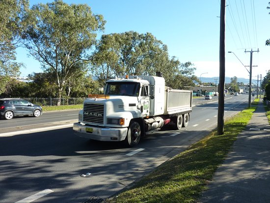 Nowra, ออสเตรเลีย: Highway truck photographed from the property entrance