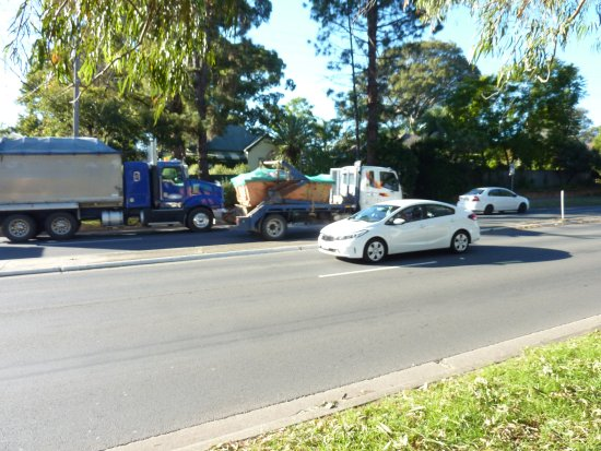 Nowra, ออสเตรเลีย: Highway traffic photographed in front of The Pines