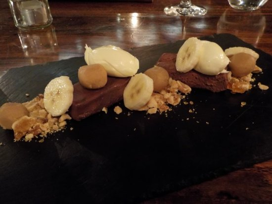 Mudgee, أستراليا: Dark chocolate delice, peanut brittle, peanut fudge, mascarpone, banana.