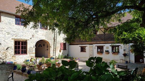 Lasseube, Francia: The courtyard