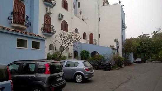 Arathena Rocks Hotel: Vue à l'arrivée à l'hôtel