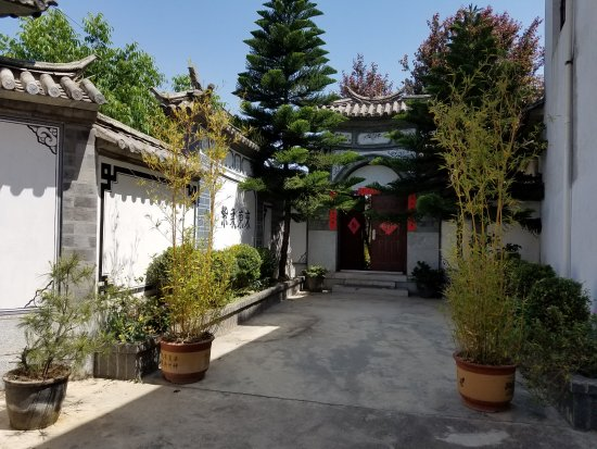 Dali Garden Bed&Breakfast: East Gate and entrance