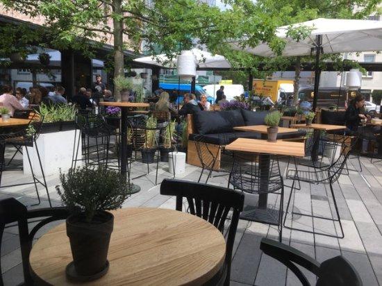 Sobremesa Tapas Bar: Outdoor Seating Area