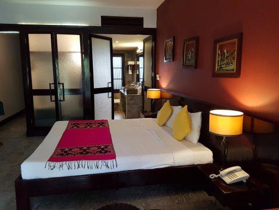 le belhamy resort & spa: Chambre avec vue sur la salle de bains avec douche et baignoire