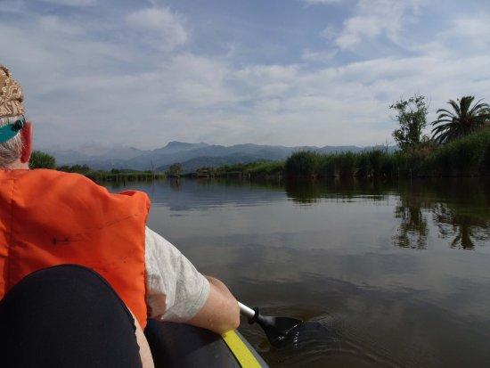Massarosa, Italia: Direkt vom La Piaggetta führt ein palmengesäumter Wasserweg hinaus auf den see