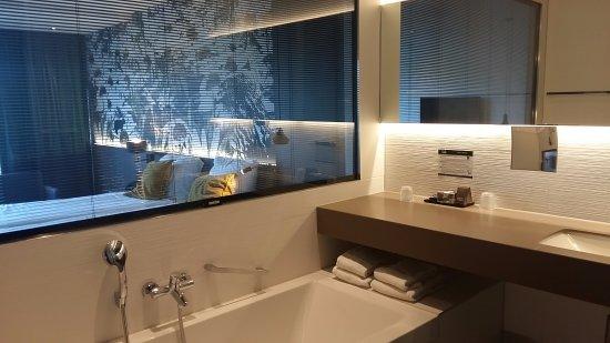 ruime badkamer met ligbad, stortdouche en wc. doorkijkje naar de ...
