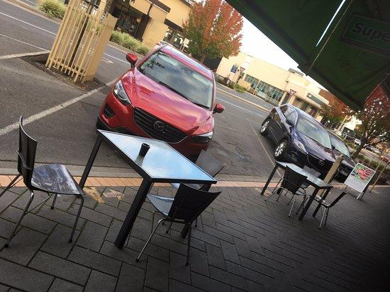Horsham, Αυστραλία: Tables outside cafe entrance
