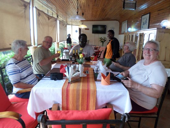 Fort Portal, Oeganda: Guests enjoying beer and WiFi after their lunch