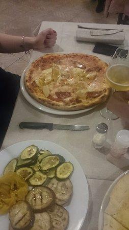Olmedo, Italy: Pizza e verdure grigliate
