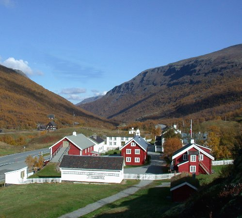 Oppdal Municipality, Norwegia: Kongsvold Fjeldstue (hotel) and the railwaystation in the background