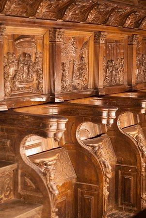 Monasterio de San Martín Pinario: silleria tras el altar