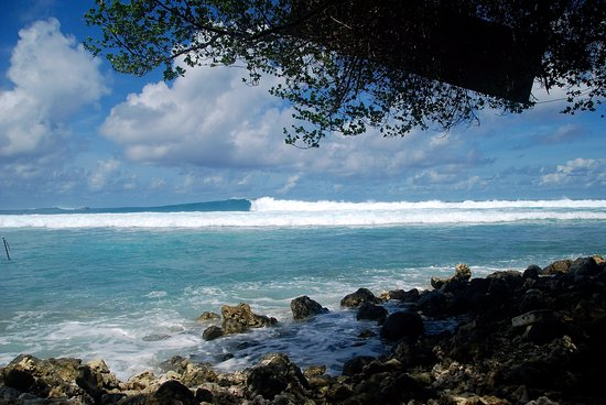 Thulusdhoo Island: Surf view from Coke's island