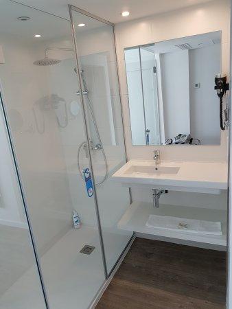 Salle de bain rénovée - Bild von Hotel Roc Leo, Can Pastilla ...