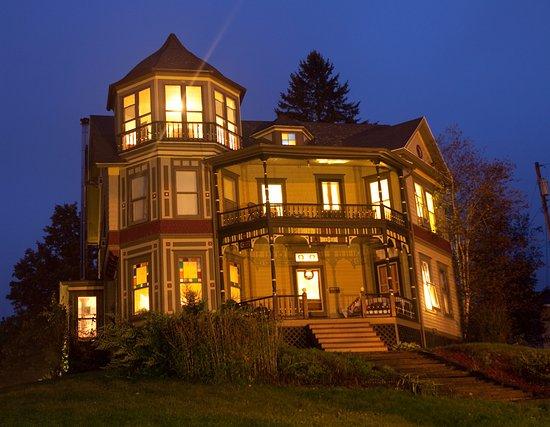 Windham, นิวยอร์ก: Catskill Lodge at  night