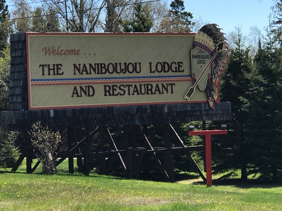 Naniboujou Lodge & Restaurant: Sign by the highway (your indication to stop here)