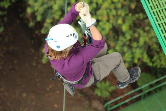 Santa Elena, Costa Rica: Getting lowered down the vertical drop.