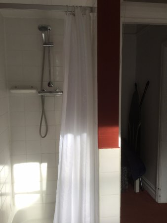 Wrotham, UK: Shower with a curtain