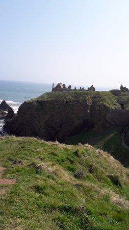 Dunnottar Castle: getting closer