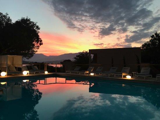 Piscine au coucher du soleil photo de isulella hotel for Piscine du soleil nice