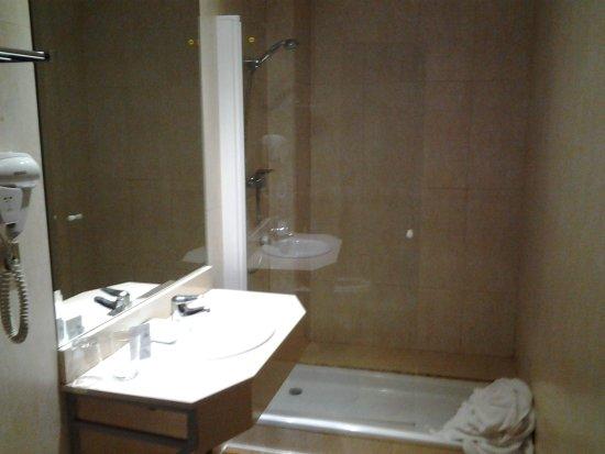 Hotel Ramon Berenguer IV: Baño amplio, con un gran plato de ducha