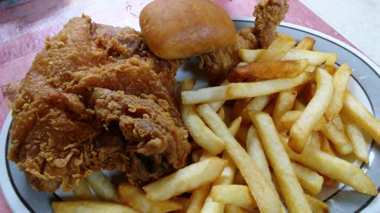 Bayou Delight Restaurant: Chicken. The outside of place and back,porch where the swamp,tour meets