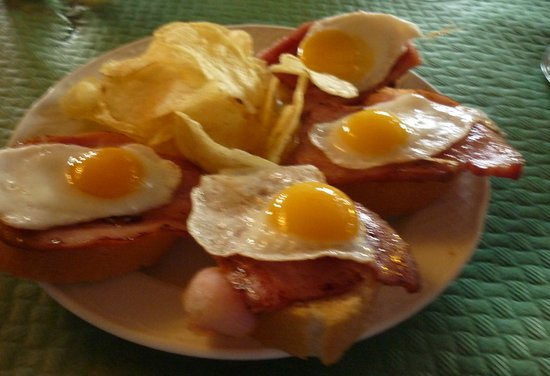 Galera, Espagne : Fried Quail eggs on bacon and bread - this is tapas, superb and free with drinks.