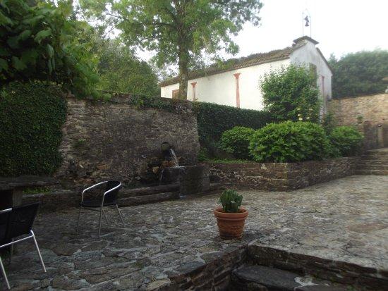 Lavacolla, Spanyol: fonte e spazio all'aperto