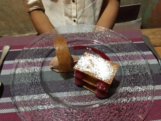 Le Luc, France : Dessert aux framboises dont je ne me rappelle plus le nom...!!