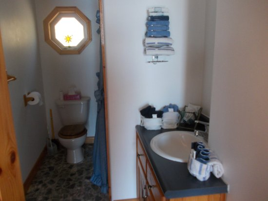 Digby, Kanada: All the cottages have a full bathroom with tub and shower.