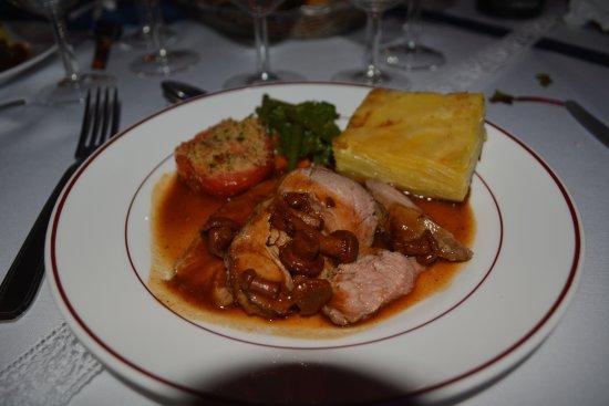 Wittring, ฝรั่งเศส: Plat principal : noix de veau, sa sauce aux girolles, les petits légumes frais, le gratin dauphi