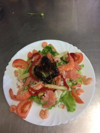 Baigts, ฝรั่งเศส: salade fraîcheur ( crevettes décortiquées, saumon, asperges , moules)