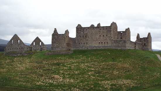 Newtonmore, UK: Ruthven Barracks - imposing ruins