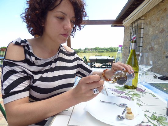 San Donato in Poggio, Italië: Our host, Elania, at Casa Emma. Tasting balsamic vinegar that was aged 30 years!