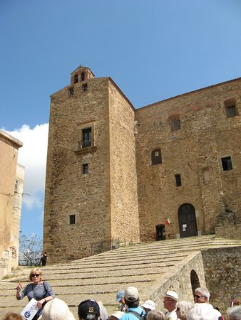Castelbuono, Italie : STEEP RAMPS UP TO THE BUILDING