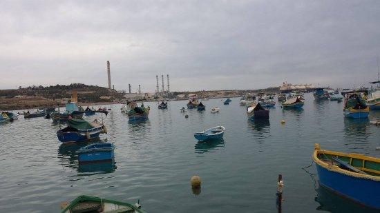 Marsaxlokk, Malta: το εργοστάσιο χαλάει την εικόνα