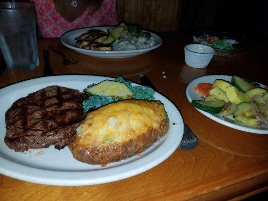 Swansboro, Carolina del Norte: Ribeye, twice baked potato, vegetables, marinated chicken and mashed potatoes.