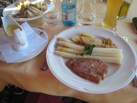 Restaurant Sonne: Asperges blanches, crêpe aux herbes et escaloppe panée