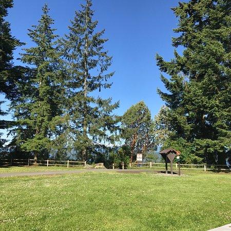 Poulsbo, WA: Lindo parque con plaza de juegos para los más pequeños, tiene bajada al mar... se puede pescar i