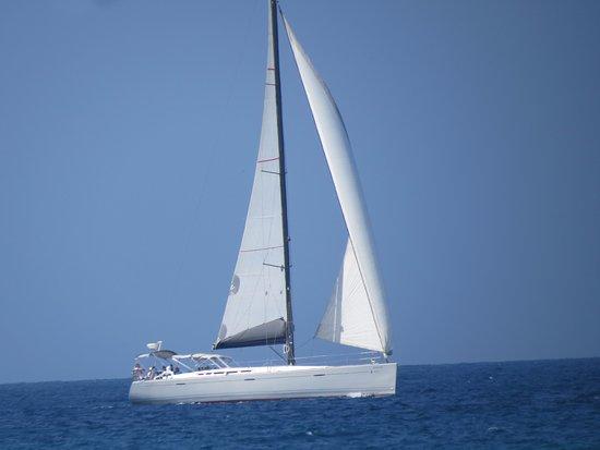 Isla Baru, Colombia: velero navegando cerca a la playa