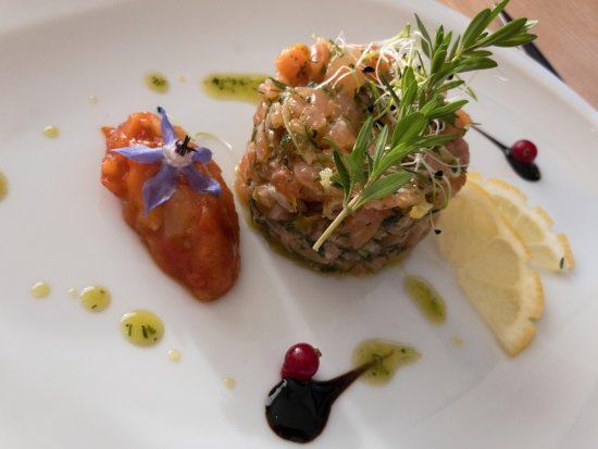 Eymet, Francia: Starter with salmon. Very nice!