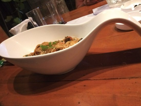 Dauis, Philippines: Очень вкусная еда в оригинальной посуде)