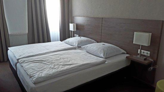 Bad Wimpfen, Jerman: Die Bettwäsche war geglättet. Zwischenzeitlich hatten unsere Sachen auf dem Bett gelegen