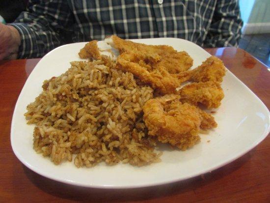 Spring, Teksas: Fried Catfish with 5 Fried Jumbo Shrimp / Cajun Rice