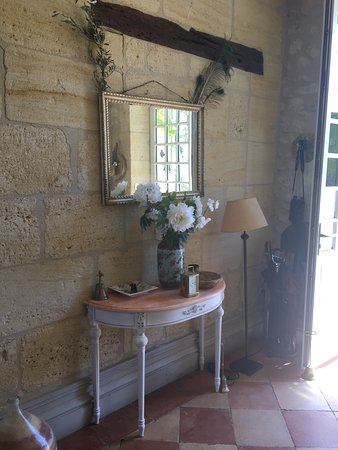 Ruch, France: Chambre fleur d'oranger très charmante, les extérieurs du Chateau