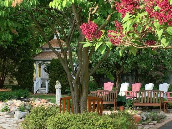 White Lace Inn: Property grounds for Guest Enjoyment and Relaxation.