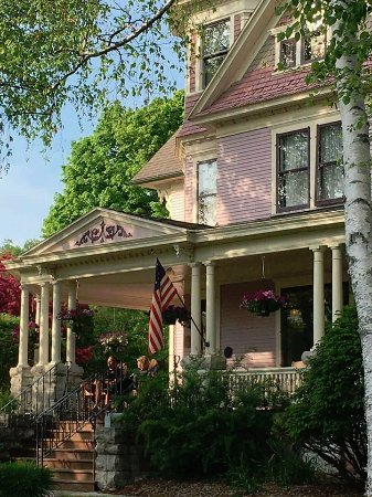 White Lace Inn: Large Porches for Guest Enjoyment and Relaxation