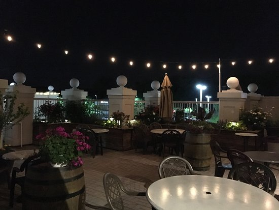 Praline Bakery & Bistro: The patio all lit up