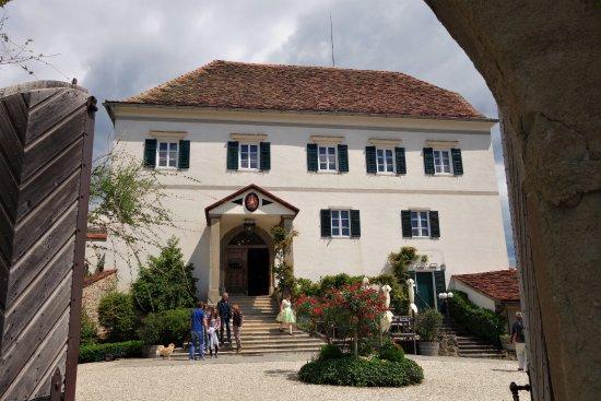 Kapfenstein, Austria: Blick vom Schlosstor in den Schlosshof und auf das Schloss