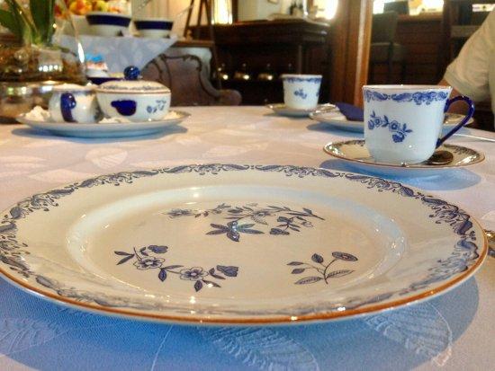 Afferden, Paesi Bassi: Aan tafel gereserveerd ontbijt met mooi tafel linnen en servies.