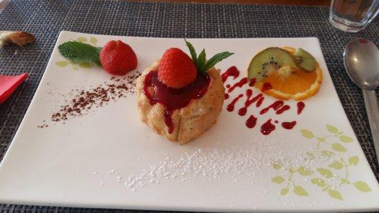 Julienas, ฝรั่งเศส: charlotte aux fraises